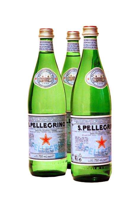 Woda mineralna San Pellegrino 750 ml w szklanej butelce na stole